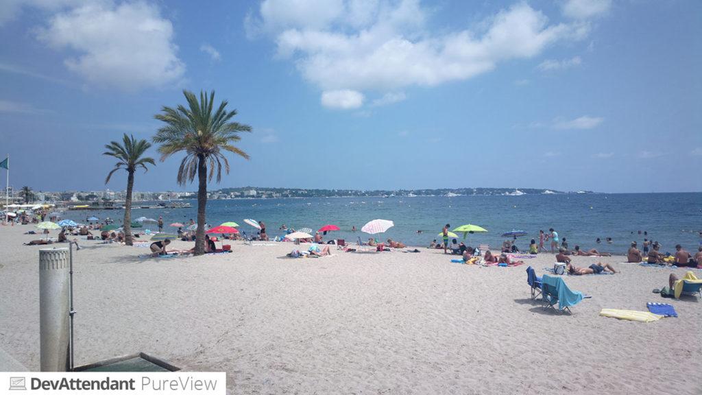 Der Strand von Vallauris, im Hintergrund Juan-les-Pins.