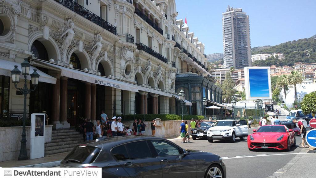 Hotel de Paris, im Hintergrund das mysteriöse blaue Schild, vorne ein Ferrari ;)