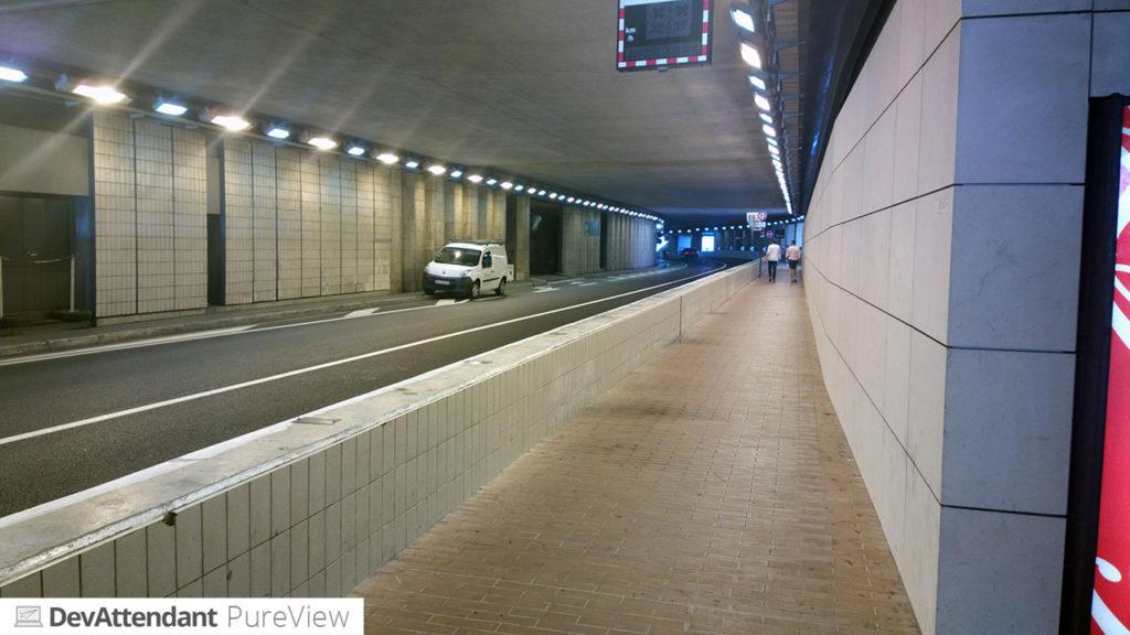 Im Tunnel, oben die Geschwindigkeitsanzeige