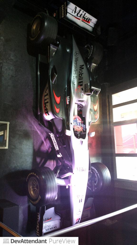 Dieser F1-Wagen hängt da einfach nur so rum :D