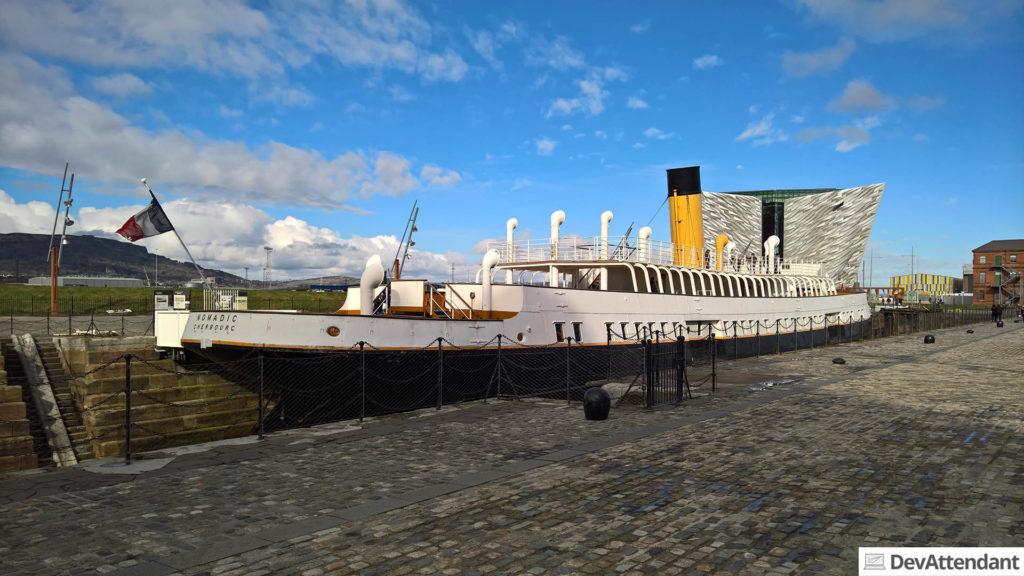 Die SS Nomadic, im Hintergrund Titanic Belfast