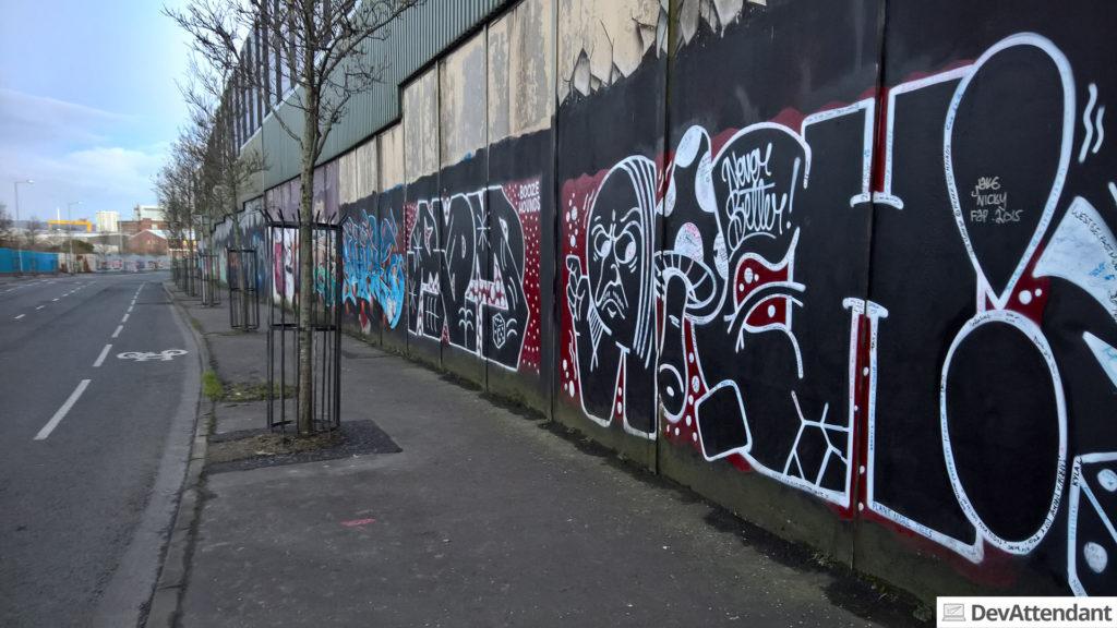 Wenn man ganz genau hinschaut, erkennt man auf den Grafittis ganz viele Unterschriften