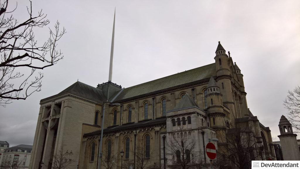 Eine Kirche mit sehr außergewöhnlichem Kirchturm