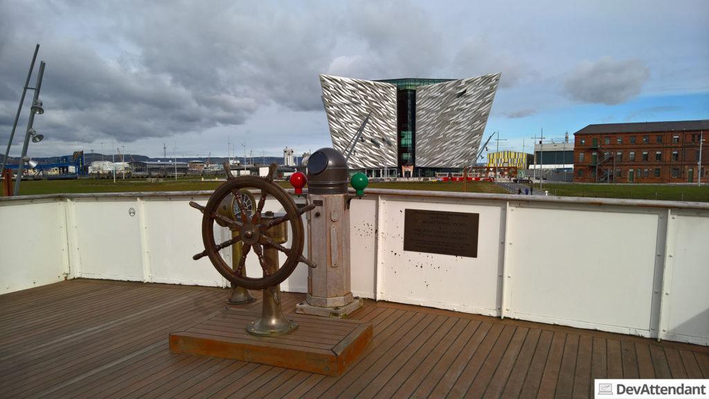 Das Steuerrad, im Hintergrund Titanic Belfast