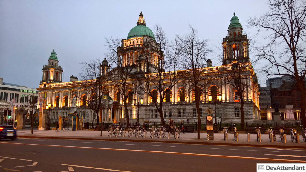 Die City Hall in der Abenddämmerung