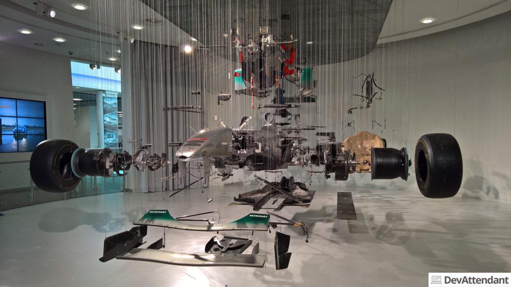 Ein schwebender zerlegter Formel 1-Wagen