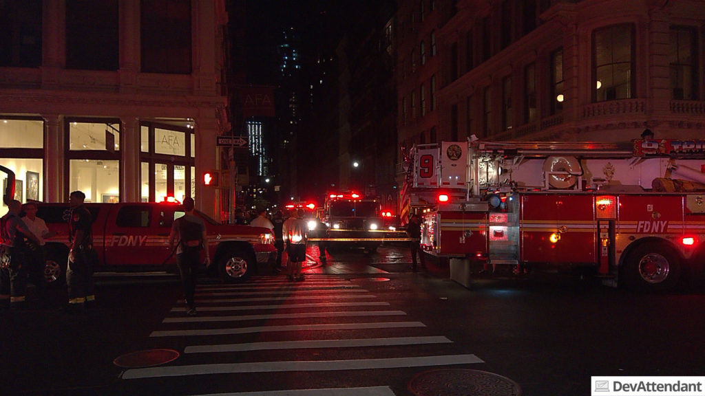In den Straßen standen über ein Dutzend an Feuerwehr- und Einsatzfahrzeugen