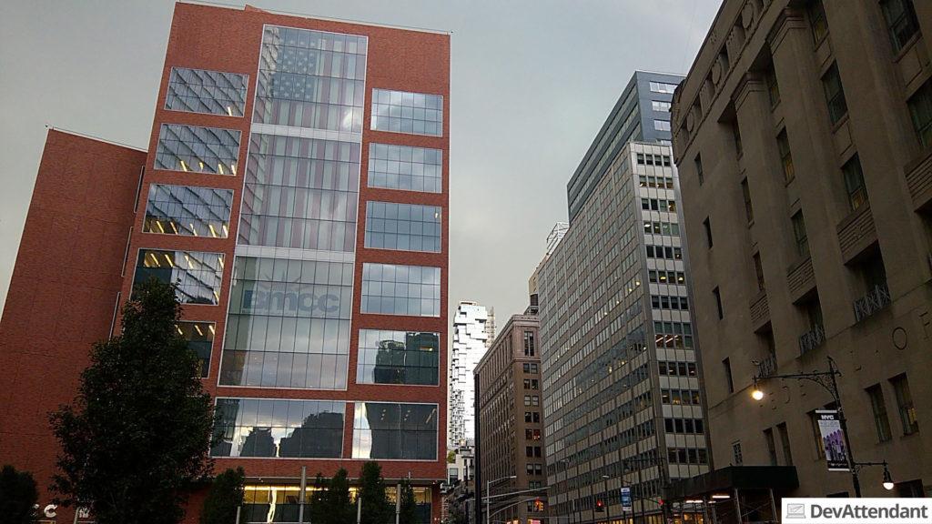 Ein komisches Gebäude im Hintergrund - erinnert mich von der Art her irgendwie ans Hundertwasserhaus in Wien