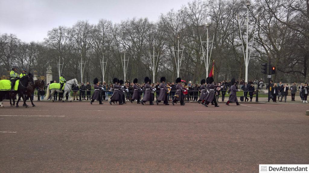 Action beim Buckingham Palace während der Wachablöse