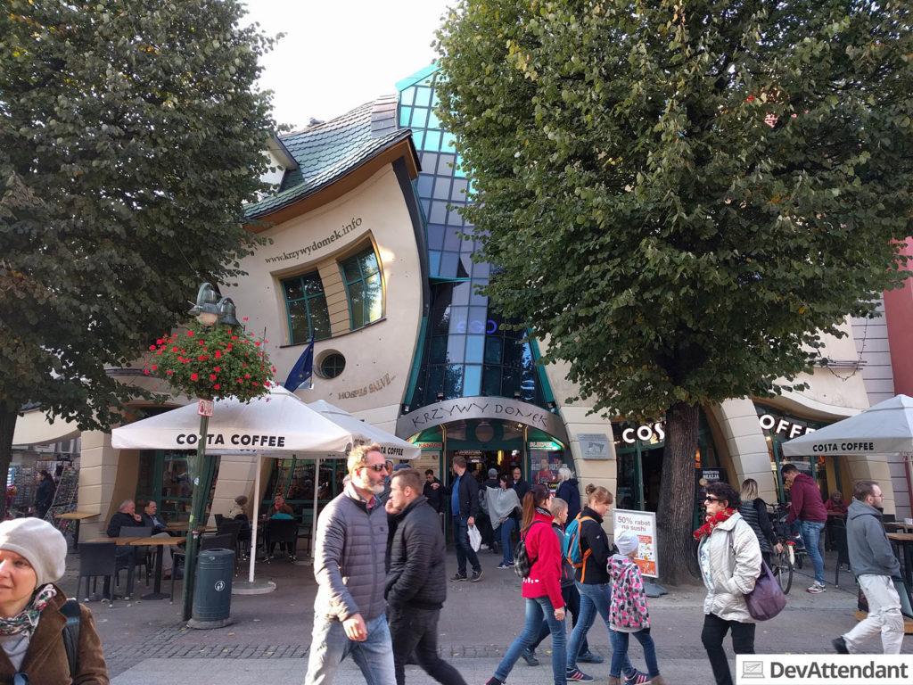 Das schiefe Haus in Sopot versteckt hinter Bäumen