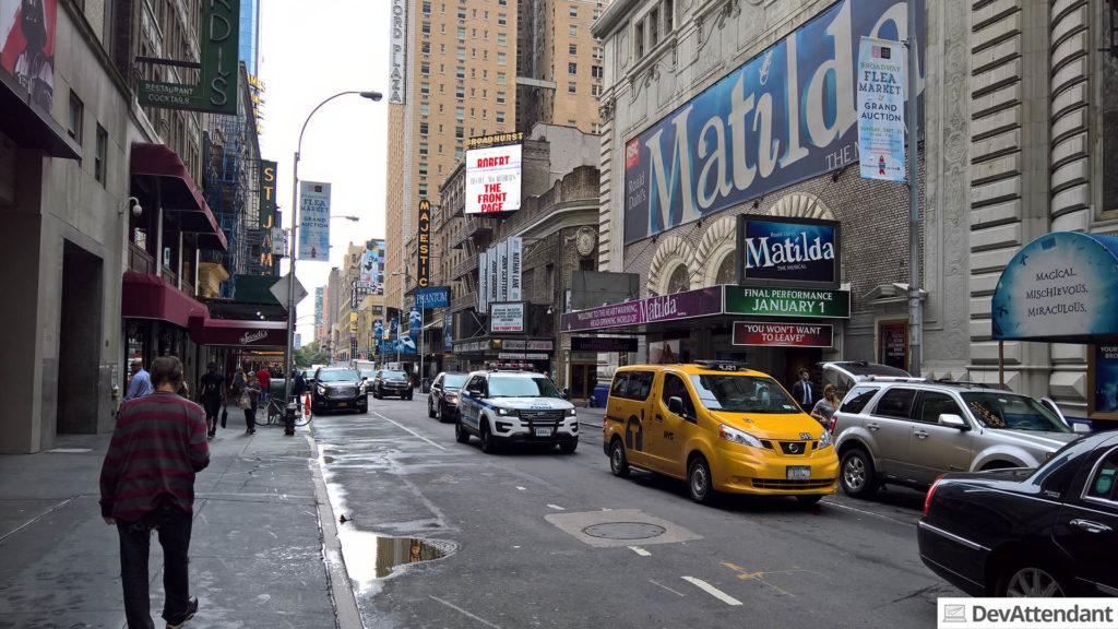 Die kleinen Theater-Gassen rund um den Times Square, wo ich an Die Nanny denken musste