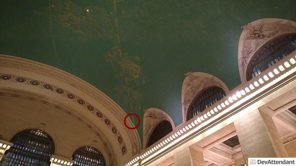 Mit dem roten Kreis ist die schwarze Stelle am Dach markiert