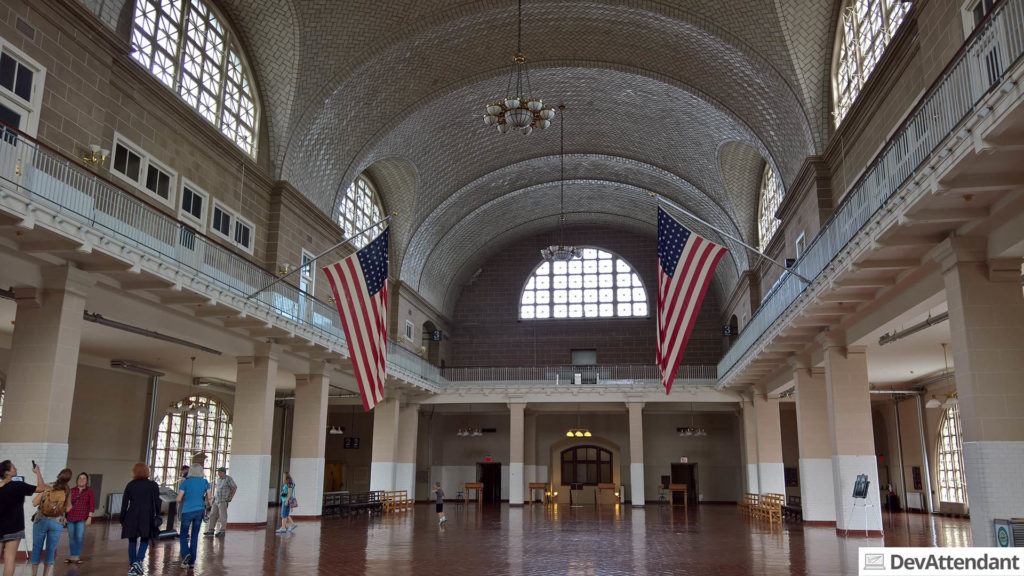 Das Empfangsgebäude auf Ellis Island. Links im roten Hemd ist übrigens Alicia... :D