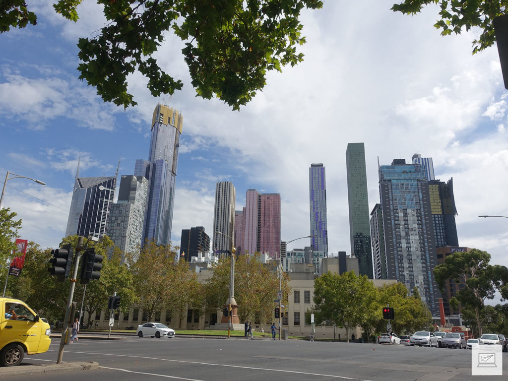 Melbourne Skyline; weiter vorne: Das Eight Hour Day-Monument