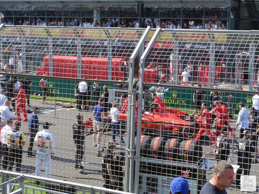 Das Auto von Vettel bahnt sich seinen Weg zur Startposition