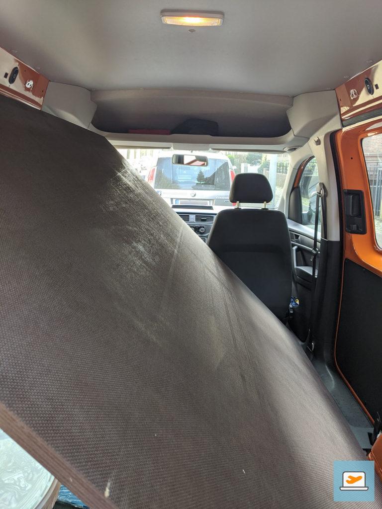 Die Bodenplatte passte gerade so ins Auto