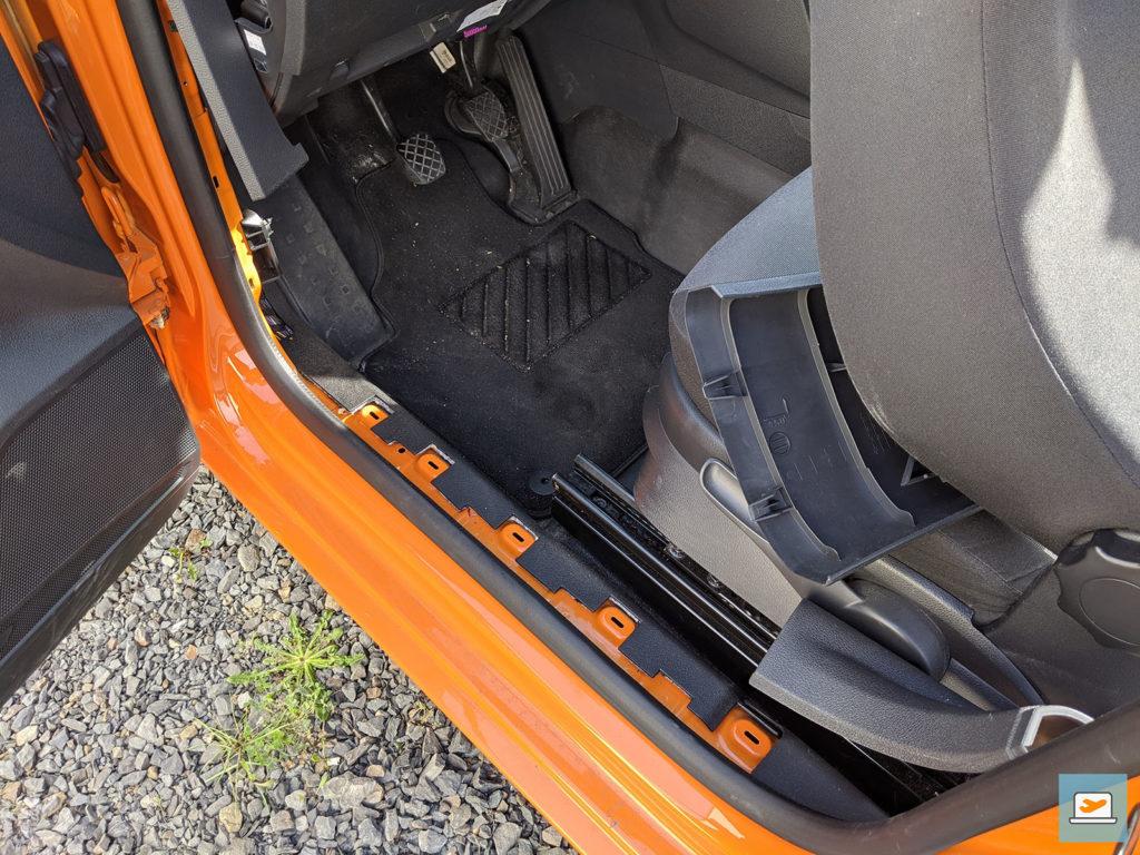 Für die Verlegung der Kabel musste die untere Innenverkleidung abgenommen werden...