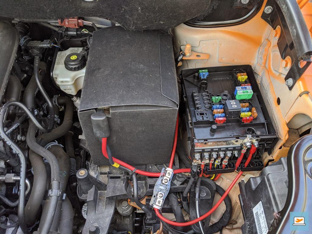 Verbindung der Plus- und Minuskabel samt Sicherung an der Starterbatterie