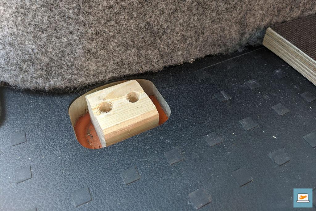 Statt dem Metall dient ein Holzblock als Stütze für die Bodenplatte (hier schon gefilzt)