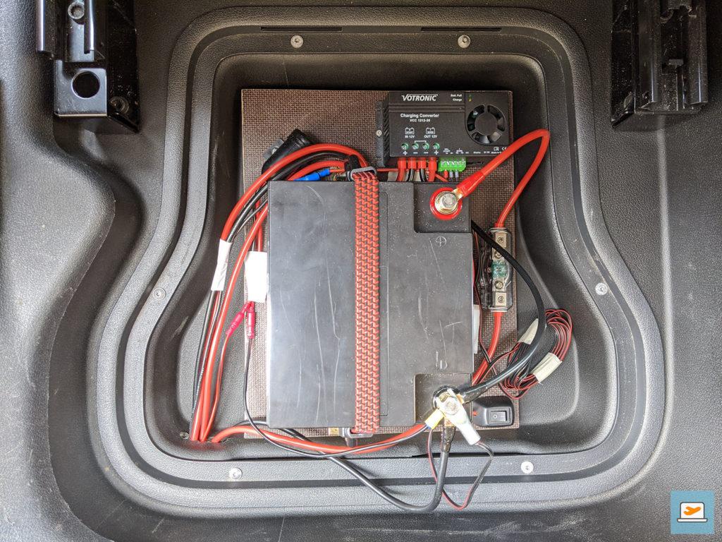 Die soweit fertig verkabelte Bordbatterie. Der D+ Schalter ist mit der Zeit noch nach oben gewandert, damit ich ihn vom Fahrersitz aus erreichen kann