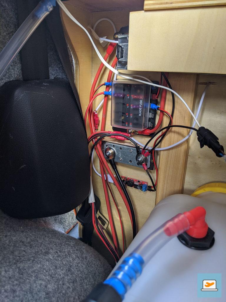 Fertige Verkabelung in der Küche, auch schon mit angeschlossener Wasserpumpe