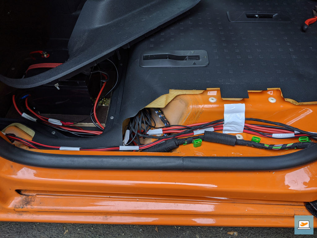 Verlegung der Kabel zwischen Batterie und Küche - das geht sicher schöner als mit Panzertape