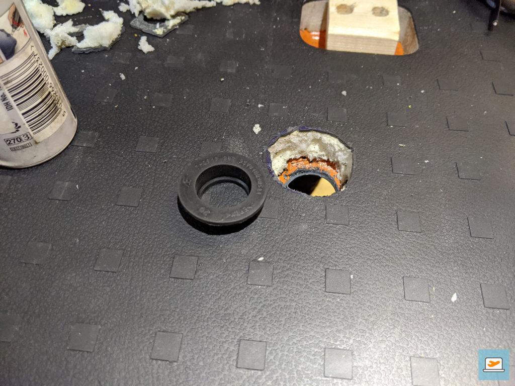 Das Loch von oben mit dem Stopfen, der es später abdichtet