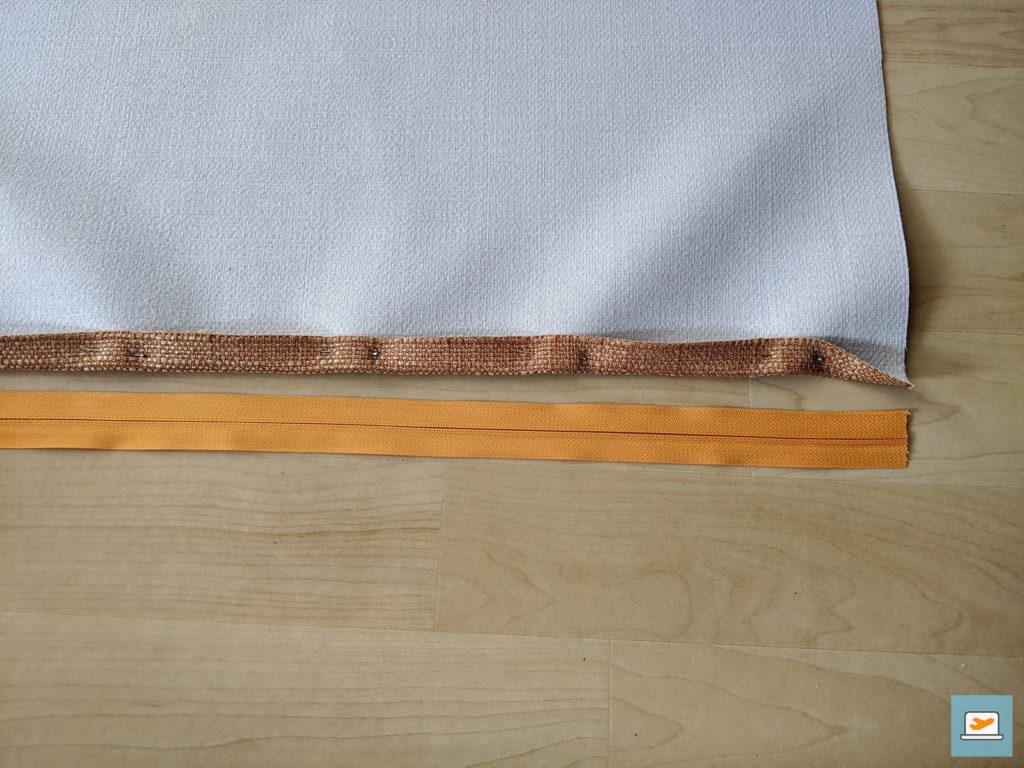 Als erstes wird die Seite umgelegt und befestigt sowie dann der Reißverschluss angenäht
