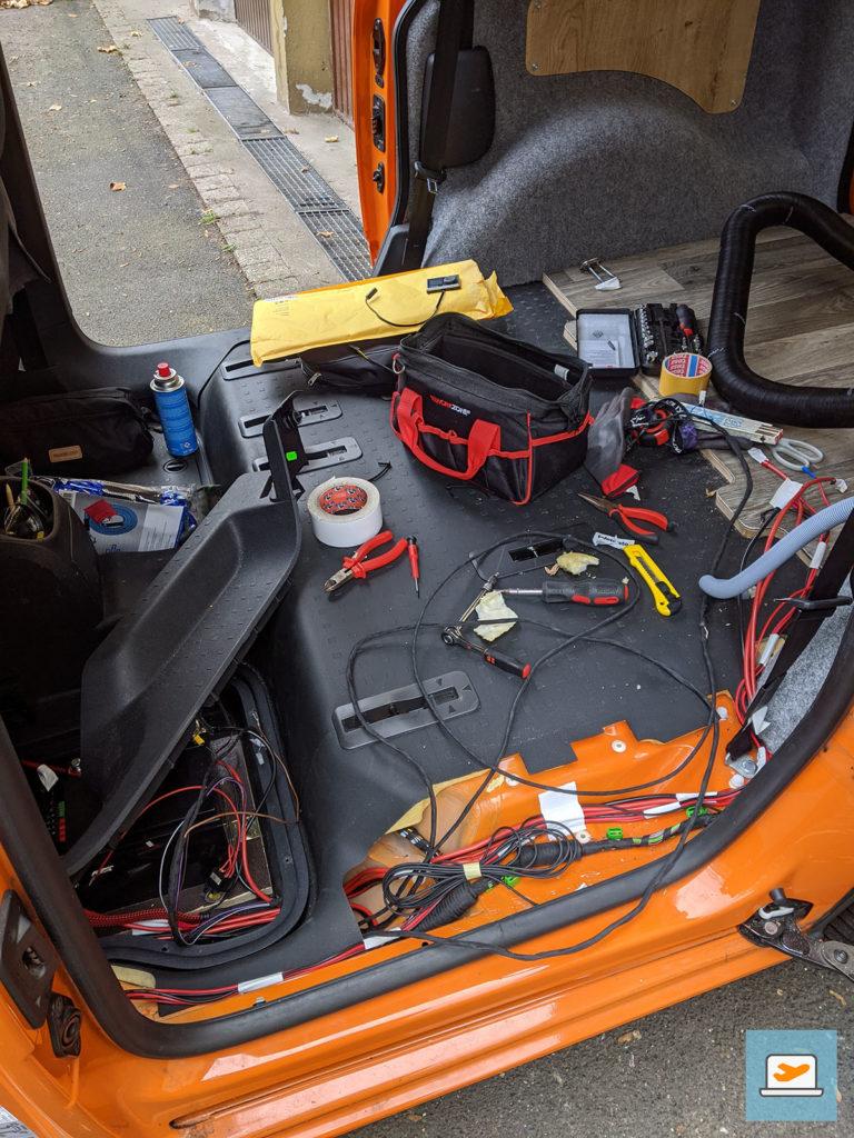 Während der Versuche, die Kabel zu kürzen oder zu verlegen, sah es aus, als wäre eine Bombe explodiert...