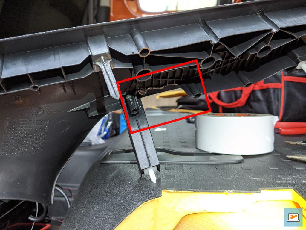 Damit alle Kabel durchgeführt werden können, mussten Teile der Verkleidungsstabilisation entfernt werden