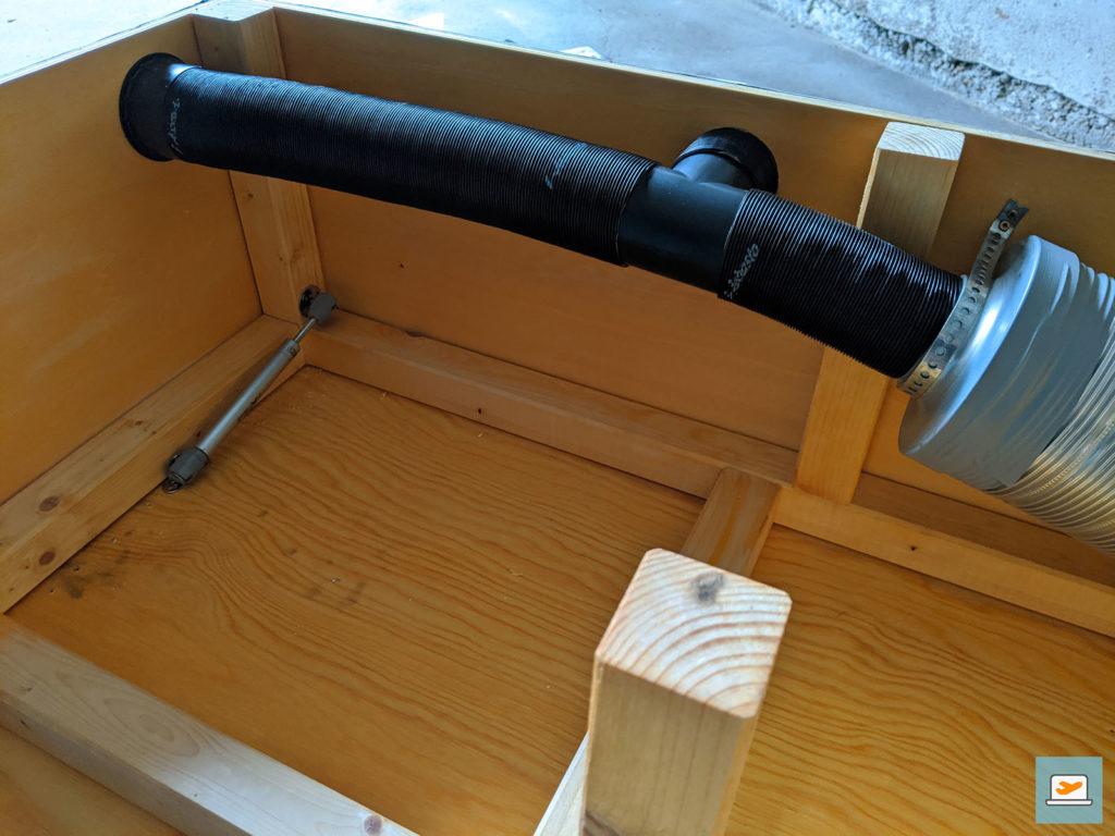 Die fertig verlegten Luftrohre in der Kiste von innen...