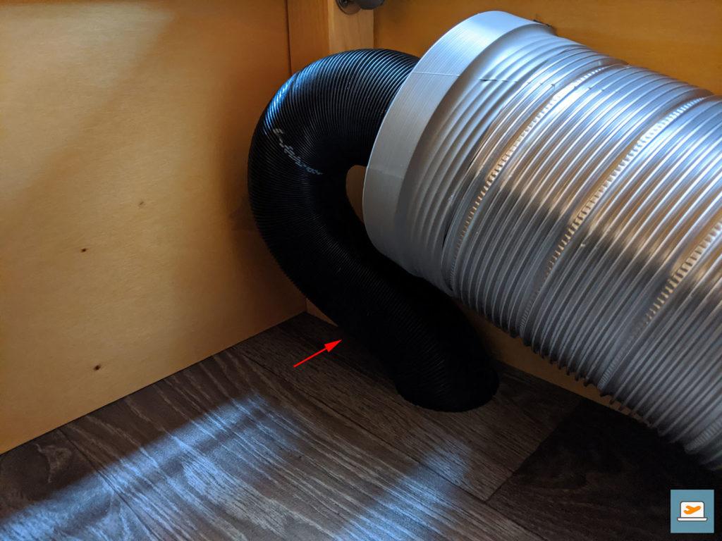 Da sich an der vom Pfeil markierten Stelle der Metallwinkel zur Befestigung der Sitzkiste an der Bodenplatte befand, wurde das Luftrohr in der Werkstatt ein Stück weiter innen verlegt...