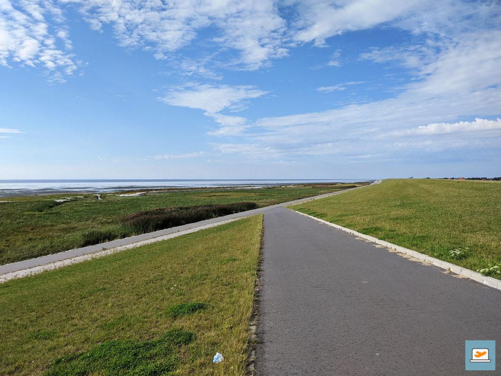 Blick auf den Damm und den Weg am Meer