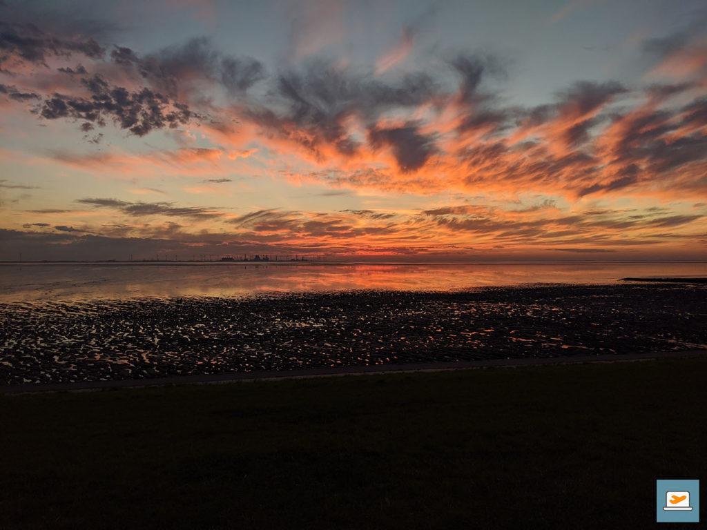Die Spiegelung des roten Himmels erweckte im Wattenmeer den Eindruck von Lava...