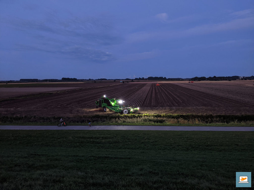 Nur weil es dunkel wurde, hieß es am benachbarten Feld noch lange nicht Feierabend