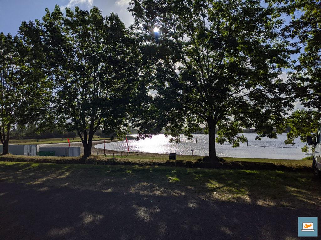 Der See war durch die Bäume zu sehen und wir hatten viel Glück mit dem Wetter