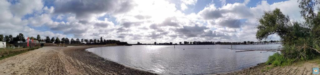 Eine Panoramaaufnahme des Sees mit mir im See :D