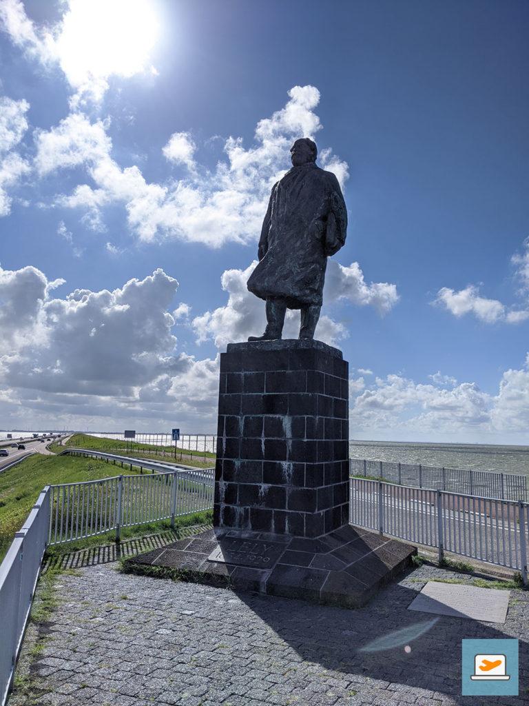Die Figur von Lely am Afsluitdijk